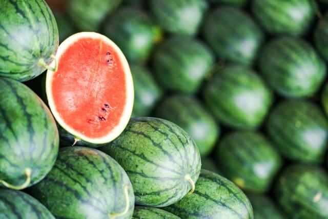 Большинство из нас знает, что арбуз — ягода, но его ближайшими родственниками являются кабачок, тыква и огурец.