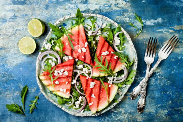 Мы привыкли употреблять в пищу только мякоть, но корка арбуза также съедобна и богата полезными питательными веществами. Ее можно тушить, жарить, варить и мариновать. А обжаренные семечки употребляют в качестве легкой закуски.