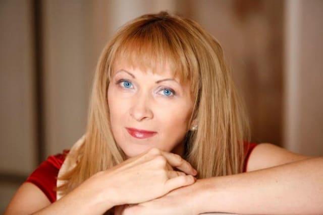 """Українська журналістка, письменниця, сценаристка, поетеса. Авторка десятків прозових книг, наприклад - """"Гра в пацьорки"""", """"Тут і тепер"""", """"Прилетіла ластівочка"""", """"Подвійна гра в чотири руки"""" тощо"""