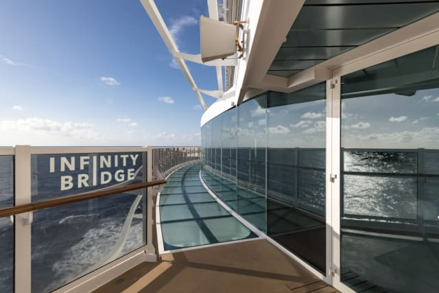 Inspirado nos condomínios de praia de Miami, o design do Seaview chama atenção pela originalidade. As passarelas externas com piso de vidro fazem com que se tenha a sensação de caminhar sobre a água. Os elevadores panorâmicos proporcionam uma vista deslumbrante, e o atrium de quatro andares conta com um painel com imensos telões, além das tradicionais escadarias com cristais Swarovski. É praticamente uma cidade, com capacidade para mais de 5 mil hóspedes, 18 deques, 2 elevadores panorâmicos e 320 metros de comprimento. Por isso mesmo, se perder é corriqueiro: para que lado é mesmo o meu quarto? Onde fica o lounge principal? Qual o restaurante mais perto? Para facilitar, a MSC desenvolveu um aplicativo que mostra o caminho mais curto para qualquer lugar do navio, permite agendar reservas nos restaurantes e até localizar as crianças. Esse último recurso, graças à pulseira amarela recebida na entrada, que serve como chave do quarto e onde são computados gastos extras