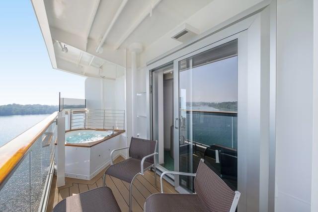 """Das 2.066 cabines do MSC Seaview, 70% têm varanda, como gosta o brasileiro. Mas há uma variedade de opções. As cabines modulares, que funcionam como quartos conjugados nos hotéis, são ideais para famílias. Há ainda as com hidromassagem na varanda. Para os passageiros do Yacht Clube, que podem usufruir de uma área exclusiva, a suíte royal tem, além da hidro, mesa de jantar e uma ampla varanda. Segundo a MSC, todas foram projetadas pensando nas necessidades e nos diferentes perfis de quem está a bordo – a nossa tinha terraço e varanda com vista para o mar. Os banheiros, no entanto, ainda são pequenos. Quem é mais alto (este repórter mede 1,83m) pode enfrentar problemas para """"se encaixar"""" no chuveiro. As camas, por sua vez, são confortáveis e proporcionam uma excelente e profunda noite de sono, auxiliadas pelo doce balanço do mar."""