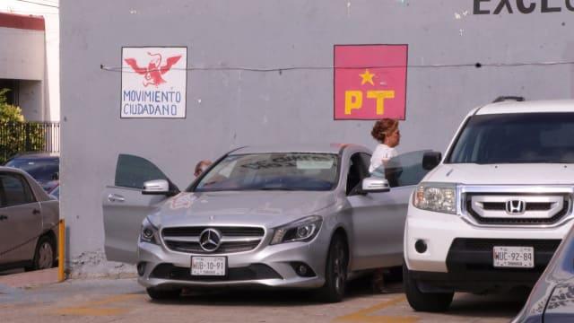 La diputada de Morena por Cárdenas, Maria Esther Zapata, estacionó su flamante Mercedes Benz en el espacio que tenía el PT.