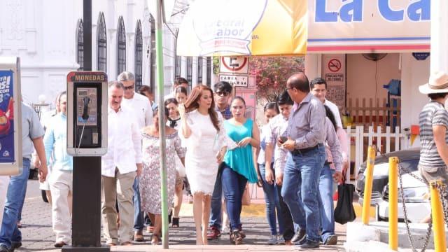 La presidenta de la Junta de Coordinación Política llegó al Congreso con estilo y rodeada de algunos diputados de su partido.