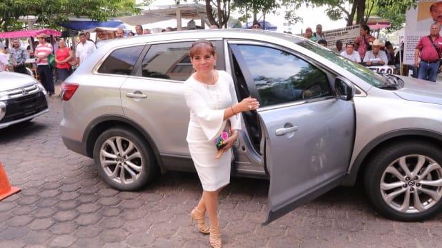 La diputada Nelly Vargas, también de Morena, arribó en una camioneta Mazda al Congreso del Estado.