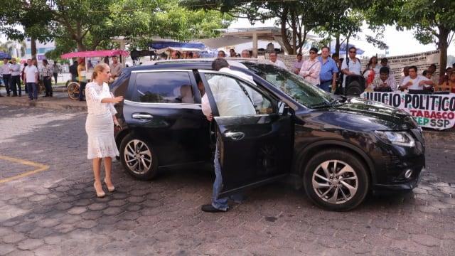 La diputada de Morena, Karla Maria Rabelo, llegó a bordo de una lujosa camioneta Nissan negra, al recinto legislativo.
