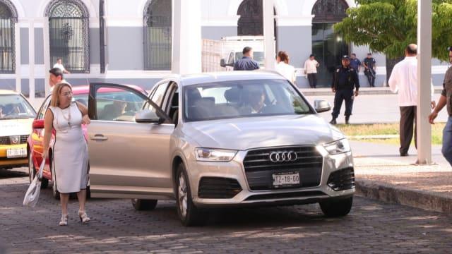 Una de las que llegaron puntuales al Congreso fue la priísta Minerva Santos a bordo de su camioneta Audi.