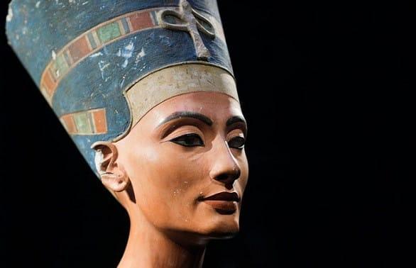 Идеалом египетской красоты можно считать Нефертити, супругу египетского фараона Эхнатона. Она носила головной убор, который украшался золотыми инкрустированными лентами, уреем, иногда перьями или символом Хатхор – коровьими рогами, между которыми восходит солнечный диск. Позднее египетские женщины удаляли со своих голов все волосы, полировали кожу головы до блеска, а затем на лысину надевали парик из растительного волокна или овечьей шерсти.