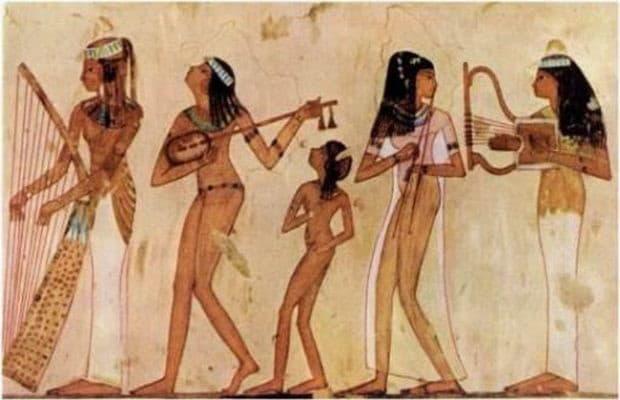 """В Древнем Египте женщины должны были обладать стройным телом, с выраженной талией и плечами. Красивыми признавались египтянки, у которых был прямой нос, благородной формы лоб, гладкие жесткие волосы цвета воронова крыла и изящные руки и ноги, украшенные браслетами. Облик красивой женщины чем-то напоминал экзотический цветок на гибком стебле. Уже тогда египтянки пользовались косметикой. Миндалевидную форму глаз подчеркивалиспециальными контурами. Самыми красивым цветом глаз считался зеленый, и чтобы подчеркнуть его, глаза обводили зеленой краской из углекислой меди.Для того, чтобы зрачки казались больше, делали варварскую процедуру: в глаза закапывали сок ядовитого растения """"беладонна"""". Брови подрисовывали, а ногти и ступни ног раскрашивали краской из растертых камней."""