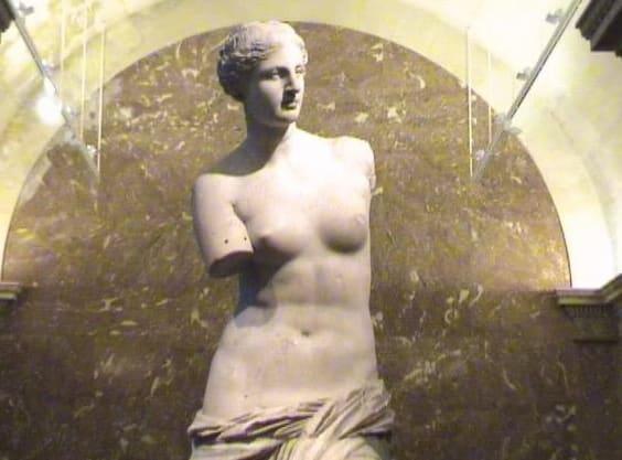 """В Древней Греции огромную роль играла физическая культура, и существовал культ тренированного тела. Эталоном красивого тела у греков стала скульптура Афродиты (Венеры). Ее рост 164 см, окружность груди 86 см, талии – 69 см, бедер – 93 см.Красивым считалось симметричное лицо, которое можно было разделить на несколько равных частей.Ценились голубые глаза, кудрявые волосы и светлая кожа. Для придания лицу белизны привилегированные гречанки использовали белила, легкие румяна наносили кармином - красной краской из кошенили, применяли пудру и губную помаду. Для подведения глаз они использовали копоть от сгорания специальной эссенции. Волосы женщины, как правило, не обрезали, а укладывали их узлом или перевязывали на затылке лентой. Этот """"античный узел"""" используется модницами и в наше время."""