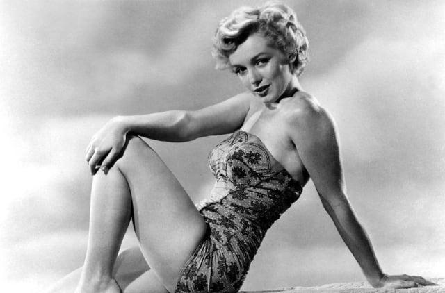 В30−50-е годы нашего века,вэпоху золотого Голливуда,вмоде царила женственность. Фигура должна напоминать песочные часы: тонкая талия, стройные ноги. Укладки с локонами, длинные ресницы и ярко-красные губы. Идеалы эпохи: Мэрилин Монро, Грета Гарбо, Ава Гарднер идругие голливудские дивы.