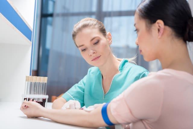 Una comida antes de un examen de sangre puede afectar su visión y hasta dañar los instrumentos de análisis.
