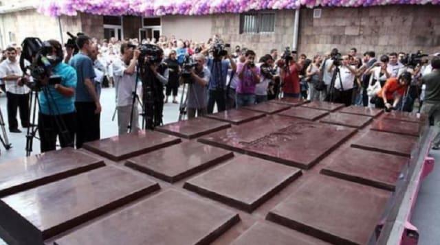 La elaboración de esta gigante barra de chocolate fue diseñada y dirigida por el chef Juan Carlos López quien realizó este ejemplar de siete metros de largo por tres metros de ancho y cinco centímetros de alto. La producción contó con más de 1000 kilos de cacao, complementados confrutos secos de producción local. El peso final del producto llegó a 717.017 kilos de chocolate y 284.348 kilos de frutos secos en un total general de 1.001.365, superando una tonelada.