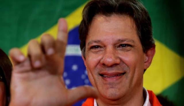 """Ex alcalde de Sao Paulo y Ministro de Educación durante los gobiernos de Lula da Silva y Dilma Rousseff, con ellos alcanzó importantes hitos como la democratización del acceso a la educación universitaria en Brasil. Es el candidato designado por el expresidente Lula tras ser inhabilitado para participar en los comicios presidenciales en Brasil. Su campaña se centra en la consigna """" Brasil feliz de nuevo """"."""