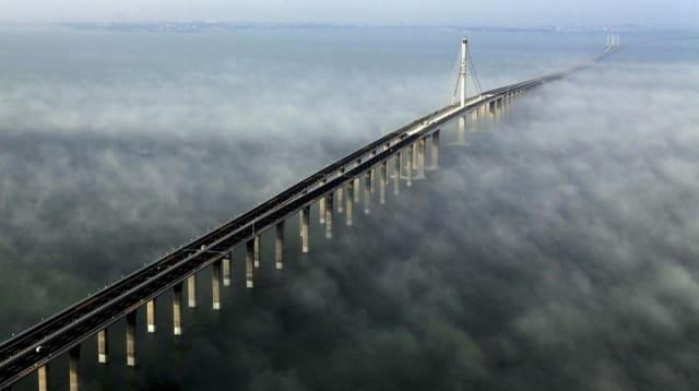 Хятад Жиао Жу гүүрний урт42325 метр. 600 гаруй судлаач 10 жилийн турш төлөвлөж загварыг гаргасны эцэст энэхүү байгууламжийг босгосон байна.