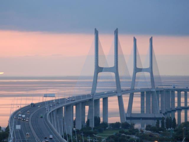 Португалын Васко да Гама гүүр Европ дах хамгийн урт гэдгээр нь хүн бүхэн мэдэх энэ гүүр 17184 метрын өндөр. Нийт урт нь 17.2 kилометр. 1998 онд уг гүүрийг   Европоос Энэтхэг хүртэл далайн тээврийн маршрутын нээсэн 500 жилийн тэмдэглэлт ойд зориулж байгуулсан. 155 километр цагийн хүчтэй салхи,  газар хөдлөлт Лисбон хотод 4 удаа болж өнгөрсөн ч бат бэх хэвээр үлдсэн энэ гүүрийг 120 жил ашиглана гэж тооцож байгаа аж.