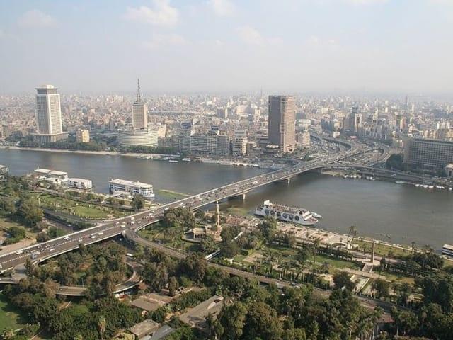 """Египтэд байрладаг """"10 дугаар сарын 6"""" нэртэй гүүр 20513 метр. 1976 онд дайн эхэлсэн жил барилгын шав тавигджээ. Ингээд 30 жилийн дараа ашиглалтад орсон уг байгууламж Нил мөрөн дээр байрладаг байна. Өдөр бүр хагас сая хүн энэ гүүрэн дээрүүр зорчдог байна."""