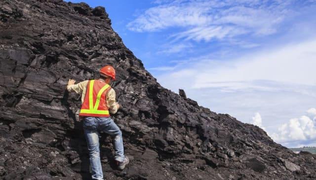 Хөдөө хөхөрч, гадаа ганддаг хүндхэн нөхцөлд ажилладаг ч уул уурхай зонхилсон эдийн засагтай манайх шиг оронд геологичид үнэт эрдэнэ шиг хэрэгтэй. Орд илэрцийг нээх, олсон хүдрийн биетийнхээ агуулгыг тодорхойлж, судал сувгийг зааж, зурахаас эхлээд компанидаа тэдний оруулдаг үр ашиг их.