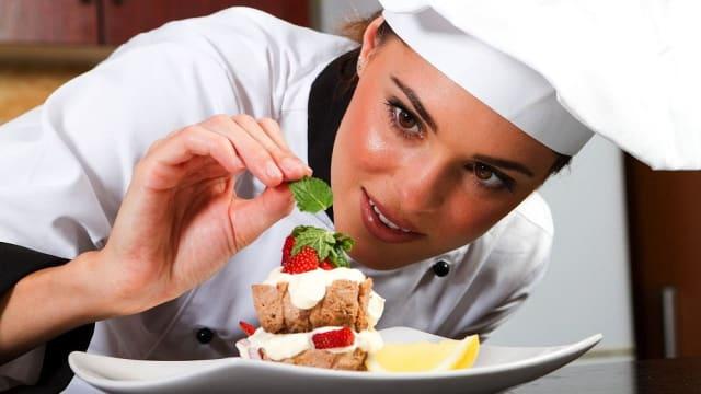 Тогтмол цалинтай энэ ажлын олдоц бага, шалгуур өндөр. Ресторан хэдий өндөр зэрэглэлийн байна, тогооч төдий чинээ өндөр цалин авдаг.
