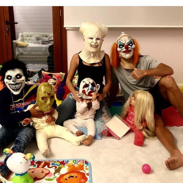 Junto a su familia el mediático futbolista mostró que al momento de celebrar Halloween le gusta hacerlo provocando miedo.