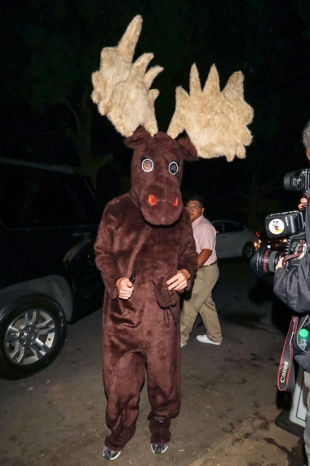 Aunque no lo creas este es el famoso actor  enfundado en un disfraz de alce americano.