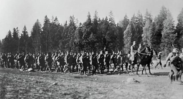 Rusia sufrió derrotas militares que mermaron su Ejército durante la Primera Guerra Mundial. Solo en 1914 los rusos perdieron 1,8 millones de hombres, mientras que en 1915, los alemanes lograron conquistar Polonia, Lituania y gran parte de Letonia.