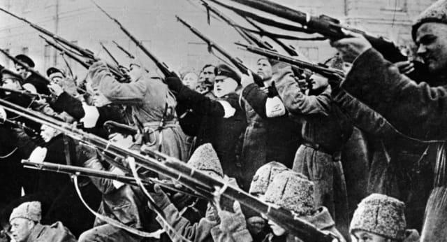 El ejército simpatiza con los obreros y una sublevación militar hizo que la revuelta por el hambre se convirtiera en una revolución.