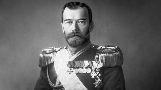 El zar Nicolás II abdica el 2 de marzo de 1917 a petición de su Estado Mayor. Un año después, en julio de 1918, es ejecutado junto a su familia.Tras la abdicación del xar se instaura un gobierno provisional liderado por diferentes tendencias revolucionarias y el país entra en inestabilidad política.