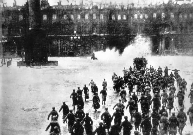 La noche del 25 de octubre (7 de noviembre en el calendario gregoriano), los bolcheviques tomaron el control de Petrogrado y del Palacio de Invierno sin derramar sangre. Kérensky huyó ese mismo día.La toma de Moscú tardó diez días, pero finalmente el país estaba bajo el control de los bolcheviques, que pese a ser minoría política logran alcanzar el poder debido al vacío institucional.