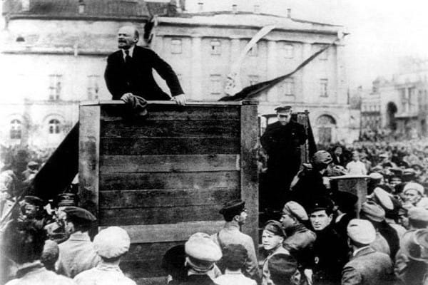 El líder bolchevique es reconocido por las reformas de la distribución de las tierras y la nacionalización de las industrias.En 1922, se formó la Unión de las Repúblicas Socialistas Soviéticas (URSS) y Lenin se convierte en el primer dirigente del Estado al ser nombrado presidente del Consejo de las Repúblicas Socialistas Soviéticas.