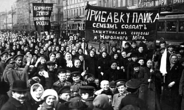 Un jueves 23 de febrero de 1917 al menos siete mil obreras protestaron en la avenida principal de Petrogrado para exigir pan. La llama de la Revolución se había encendido. Al día siguiente, miles de obreros, hombres y mujeres, de las principales fábricas del país se unen a la huelga general el 25 de febrero.