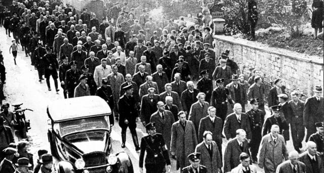 """מעצר היהודים. צילום: באדיבות ארכיון צילומים """"יד ושם"""""""