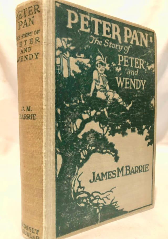 Peter Pan es posiblemente uno de los pocos que nunca pasarán al dominio público, ya que su autor J.M. Barrie, otorgó todos los derechos al Hospital Infantil de Great Ormond Street, por lo que cualquier productora que desee utilizar este personaje, deberá pagar parte de los ingresos a la institución .-