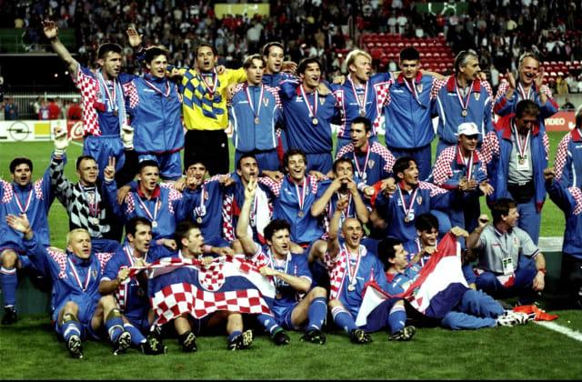 Ljeto 1998. bilo je ljeto ponosa i slave. Hrvatski nogometaši bili su svjetska senzacija i treća reprezentacija svijeta. Ćiro Blažević postao je trener svih trenera, Davor Šuker Zlatna kopačka Mundijala u Francuskoj, a Vatreni uzor budućim generacijama hrvatskih nogometaša.