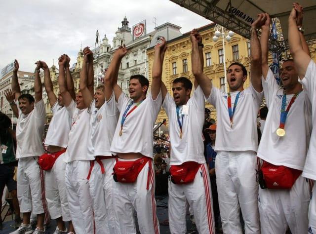 Rukomet je hrvatski sportski brend broj 1 i najtrofejniji hrvatski kolektivni sport. Rukometaši Zagreba bili su europski prvaci, a reprezentacija je osvojila sve što se osvojiti dalo. Dvije zlatne olimpijske medalje, jedno svjetsko zlato i bezbroj ostalih medalja. Mirne duše mogli smo se odlučiti za olimpijsko zlato osvojeno u Atlanti 1996. Bilo je to prvo hrvatsko olimpijsko zlato uopće. Ipak, generaciji Ćavara, Smajlagića i Saračevića pretpostavili smo onu Ivana Balića, Pere Metličića i Mirze Džombe. Zato što su u samo godinu dana ti momci od najgore reprezentacije Europe (2002.) postali najprije prvaci svijeta (2003.), a onda su se u Ateni 2004. popeli i na Olimp.