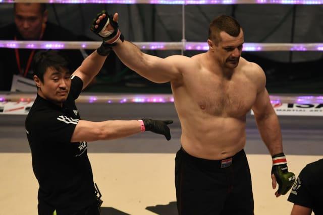 Mirko Filipović je na svoj 32. rođendan 2006. ostvario najveći uspjeh karijere osvojivši PRIDE-ov pojas prvaka. Prvi mu je to MMA pojas u karijeri, a osvojio ga je nakon što je nokautirao legendarnog Wanderleija Silvu i pobijedio Josha Barnetta u trećem međusobnom okršaju. PRIDE je cijelo desetljeće bio jedna od najpopularnijih i najmoćnijih MMA organizacija svijeta, u kojoj su nastupale najveće zvijezde borilačkih sportova.