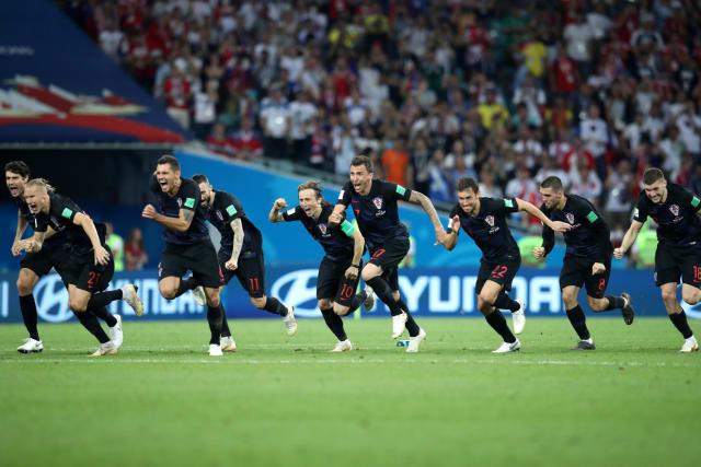 Hrvatska je punih mjesec dana sanjala otvorenih očiju. Cijela je zemlja disala sa svojom reprezentacijom. ZlatkoDalić i igrači uspjeli su ujediniti razjedinjenu zemlju, lijeve i desne, iseljene i one koji će sutra kod kuće dočekati svjetske viceprvake.Lijevi i desni, crveni i crni, svi Hrvati ovaj su put bili jedno. Zlato nismo osvojili, jer Francuzi su ovaj put pokazali klasu, ali ova momčad je u Rusiji pokazala čeličnu volju i šampionsko srce zbog čega je cijeli svijet osim Francuske u ovom finalu navijao za nju.Francuska, ekonomski gigant od skoro 70 milijuna stanovnika, i Hrvatska, državica od svega 4,5 milijuna ljudi u kojoj osim sporta ne valja skoro ništa, igrale su u finalu Svjetskog prvenstva. U nogometu!Hrvatska, zemlja bez poštenog stadiona, državica s nestabilnom ekonomijom, igrala je protiv reprezentacije čiji igrači vrijede više od milijardu eura. U finalu Svjetskog prvenstva. U nogometu!