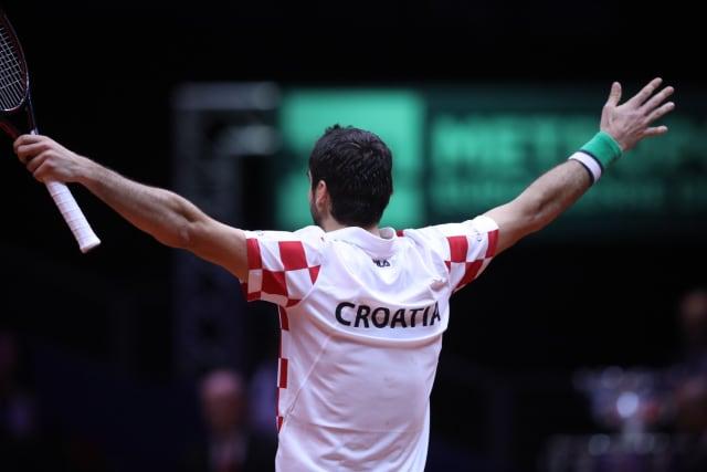Francuska, ekonomski gigant od skoro 70 milijuna stanovnika, i Hrvatska, državica od svega 4,5 milijuna ljudi u kojoj osim sporta ne valja skoro ništa, igrale su u finalu Davis Cupa. Francuska, zemlja koja je Davis Cup osvajala deset puta i još je osam puta igrala u finalu, protiv Hrvatske nije imala šanse. U svom dvorištu. U Lilleu. Hrvatska je po drugi put u povijesti osvojila Davis Cup.