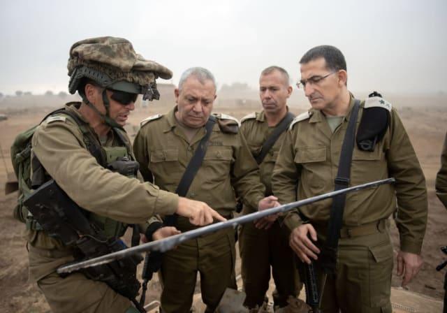 """Malgré les menaces constantes de ses ennemis le long des frontières nord et sud, le médiateur de l'armée israélienne, Yitzhak Brick, s'est inquiété des faiblesses éventuelles de l'état de préparation militaire d'Israël. Selon Brick, qui est sur le point de démissionner après 10 ans au poste d'ombudsman de la FDI, l'armée est dans un état désastreux et n'est pas entièrement préparée en cas d'éclatement de la guerre. En juin, il a averti que le plan Gédéon, qui a duré cinq ans, avait entraîné des milliers de soldats en carrière dans le massacre de l'armée. Il était extrêmement critique à l'égard de l'entraînement des FDI et de l'état des armes utilisées par les forces terrestres. Brick a également mis en garde contre le déséquilibre existant entre les effectifs restants après les compressions et l'augmentation des tâches, ce qui non seulement fait peser une """"lourde charge"""" sur le personnel restant,"""