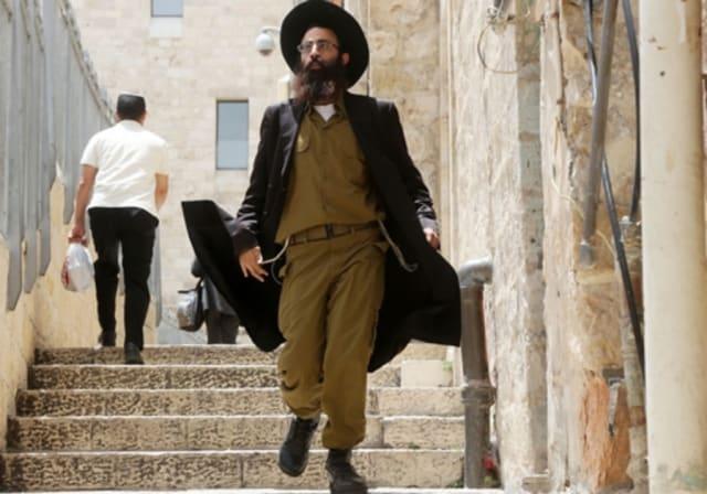 Le projet de loi en question, auquel Kochavi devra faire face, fixe des objectifs chaque année au cours de la prochaine décennie pour l'enrôlement dans les FDI ou le service civil national d'hommes de la communauté haredi. Le projet de loi, qui sanctionnera les yeshivas si les objectifs ne sont pas atteints, est en préparation depuis plusieurs années et a suscité des inquiétudes chez tous les religieux de l'État juif. Les réformes adoptées à la Knesset en 2014, qui visaient à accroître progressivement Le recrutement orthodoxe a suscité une vive opposition de la part de nombreux membres de cette communauté. Néanmoins, selon les données publiées par l'armée l'année dernière, il y aurait environ 5 000 hommes ultra-orthodoxes dans les FDI. Si le projet de loi est adopté, l'âge d'exemption pour les hommes haredi augmentera jusqu'à l'âge de 28 ans, donner aux hommes haredi le temps de se marier avant de rejoindre l'armée et d'augmenter considérablement le nombre de haredim.Avec plus de haredim dans l'armée, non seulement il faudra créer plus de pistes et ouvrir plus de compagnies de combat pour les soldats, mais les tensions religieuses déjà apparentes dans l'armée peuvent augmenter. Kochavi devra marcher sur la corde raide entre la nécessité de disposer d'une armée puissante et celle qui respecte les souhaits de la communauté haredi et des communautés non religieuses.