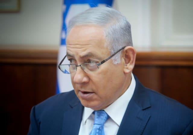 Bien qu'il ait été nommé dimanche au poste de chef d'état-major des FDI, M. Kochavi n'a pas été choisi en premier par le Premier ministre Benjamin Netanyahu, actuellement ministre par intérim de la Défense. Selon la rumeur, Netanyahu aurait préféré le major-général. Eyal Zamir, qui occupait le poste de haut responsable, a grondé le ministre de la Défense d'alors, Avigdor Liberman, quand il a été informé que Kochavi serait recommandé pour ce rôle. Alors que Netanyahu menaçait de ne pas présenter la recommandation de Kochavi au cabinet, le bureau du Premier ministre a félicité Kochavi quelques heures après que Liberman eut annoncé cette annonce.