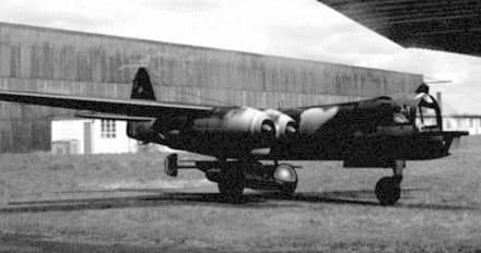 Un Ar-234C con el avión-cohete Arado E.381 anclado en su parte inferior.