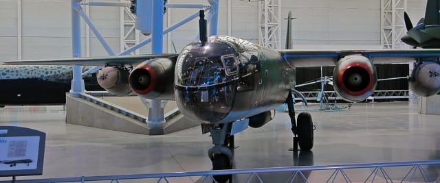 Algunas versiones del Ar-234 usaban cohetes para acelerar el despegue. Esta unidad también los tiene al lado de los motores.