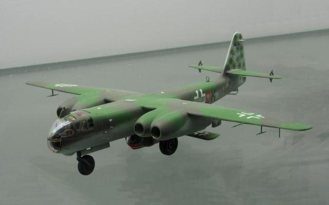 Una maqueta del Ar-234C con el Arado E.381 anclado a su parte inferior.