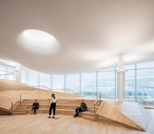 La biblioteca fue diseñada por el despacho finlandés de ALA Architects, quienes ganaron un concurso en el que se recibieron más de 500 propuestas.-