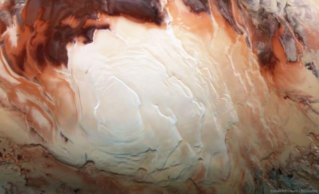 Un grupo de investigadores italianos  descubrió  un lago de agua líquida bajo el hielo del polo sur de Marte, en lo que podría ser la primera prueba convincente de la presencia de agua en estado líquido en el Planeta Rojo.