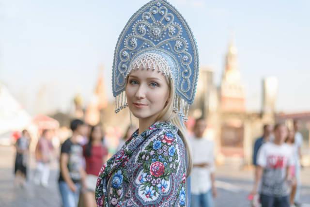 تحظى المرأة الروسية باهتمام الرجال حول العالم، وذلك لامتلاكهن عيونا زرقاء أو رمادية مغرية، وبشرتهن البيضاء الرائعة التي لا يشوبها شيء، وشعرهم الأشقر كما أن أغلبهن يمتلكن أجساما مثالية.