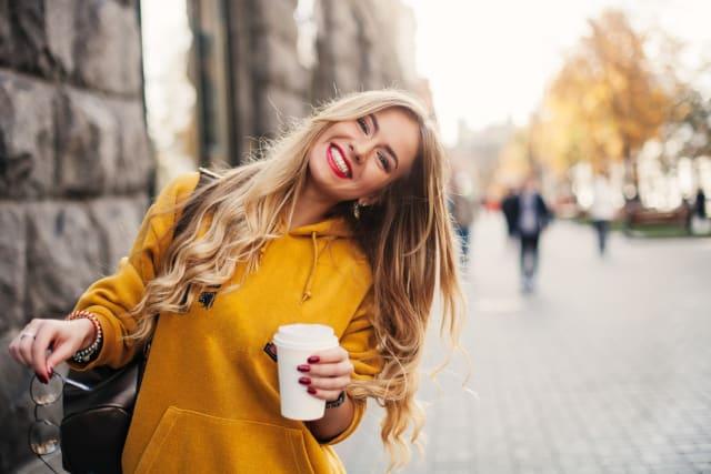 أكثر ما يميز المرأة الفرنسية، هو شخصيتها الجذابة والحيوية والرومانسية، كما أنها شديدة الولع بالموضة، كل ذلك يأتي بجانب شعرها الأشقر الطبيعي وكما أنهم يفضلن المكياج الخفيف والجمال الطبيعي.