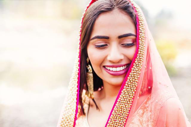 تعرف الهند بأنها دولة متعددة الثقافات والأعراق، ويوجد بها عدد كبير من أجمل النساء في العالم، وتتمتع النساء الهنديات ببشرة سمراء وجلد ناعم، وعيون بنية وشعر بني ناعم يعتنون به كثيرا وأكثر ما يميزهن، هو التواضع.