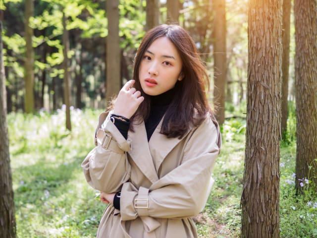 تتميز النساء في كوريا الجنوبية بامتلاكهن وجهاً جميلاً، ولكنه في ذات الوقت «بريء»، ولا تظهر عليهن علامات التقدم في السن، كما أنهن يتمتعن ببشرة بيضاء وشعر أسود لامع، وأجسامهن متوسطة الطول.