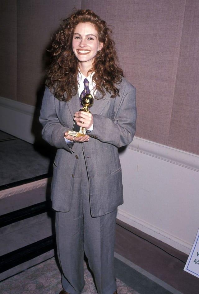 Свой «Золотой глобус» за «Стальные магнолии» Джулия вышла получать в мешковатом мужском костюме Giorgio Armani.
